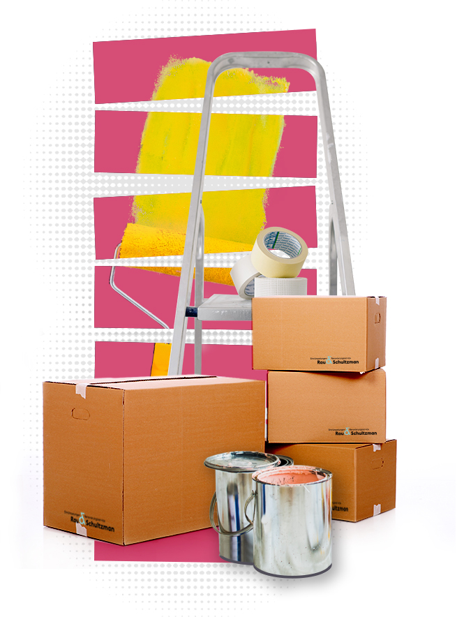 Im Vordergrund stehen zwei aufeinandergestapelte Stühle. Im Hintergrund sind zwei gelbe Umzugskartons, eine Stehlampe und ein blauer Müllsack zu sehen.
