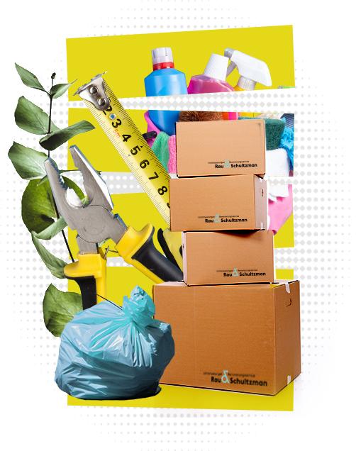 Vor einem gelben Hintergrund hält eine Hand eine pinkfarbene Einkaufstüte, die Äpfel enthält. Rechts neben der Tüte ist eine Pflanze zu sehen und darunter befindet sich ein Staubsauger.